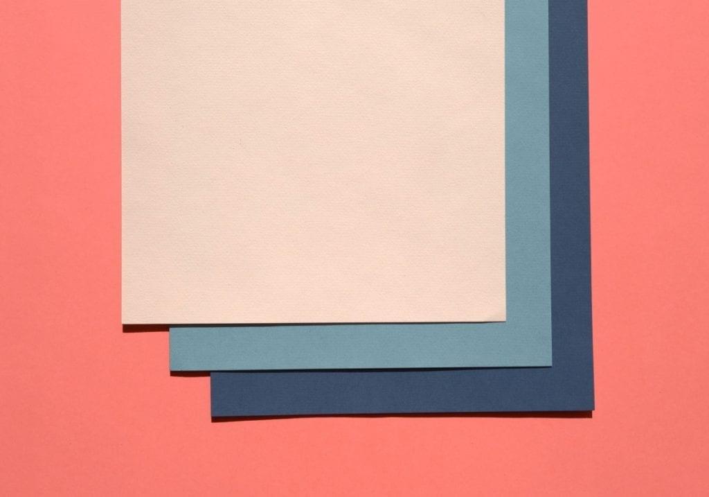 des feuilles de papier de couleur