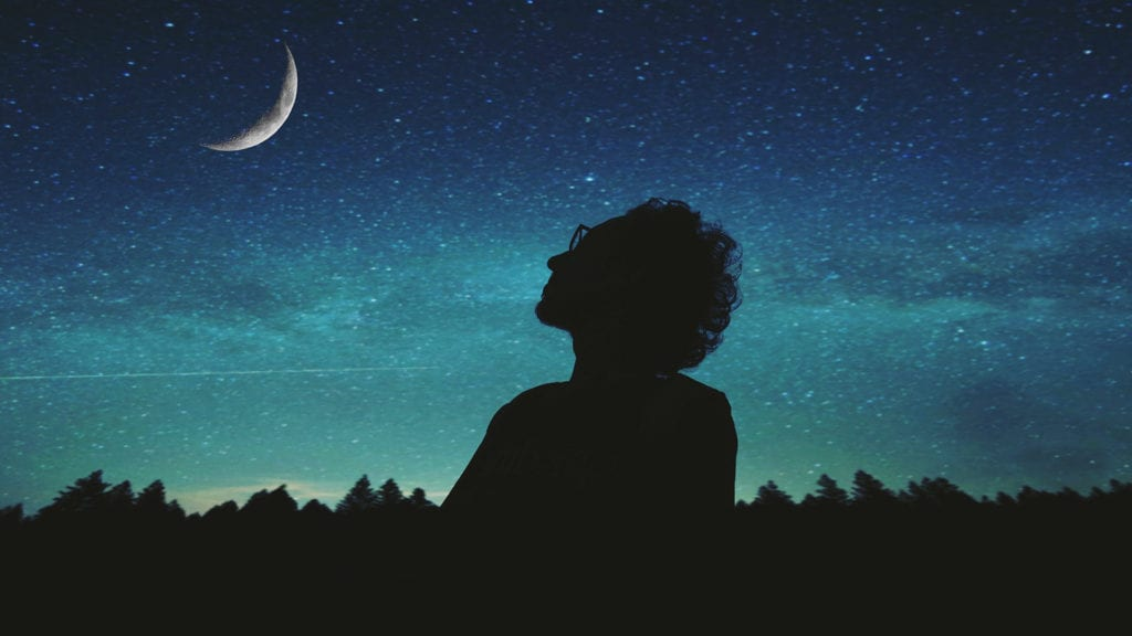 Photo homme pensif dans la nuit