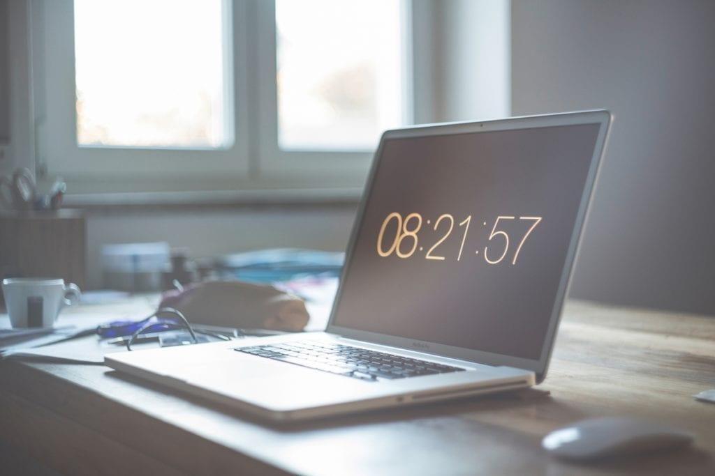 Un ordinateur sur un bureau indique l'heure